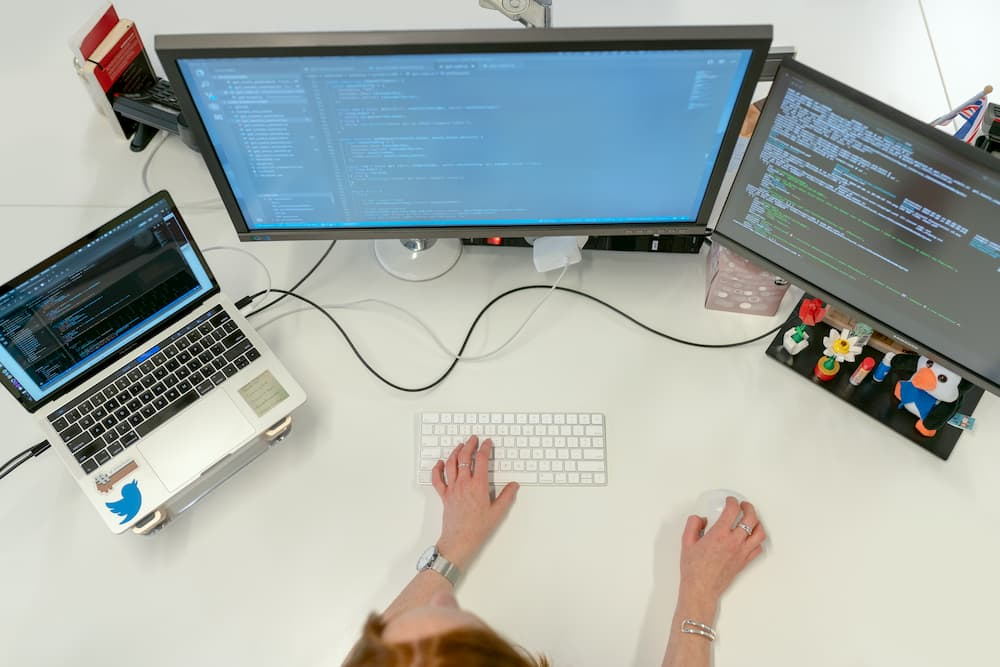 mulher computador telas